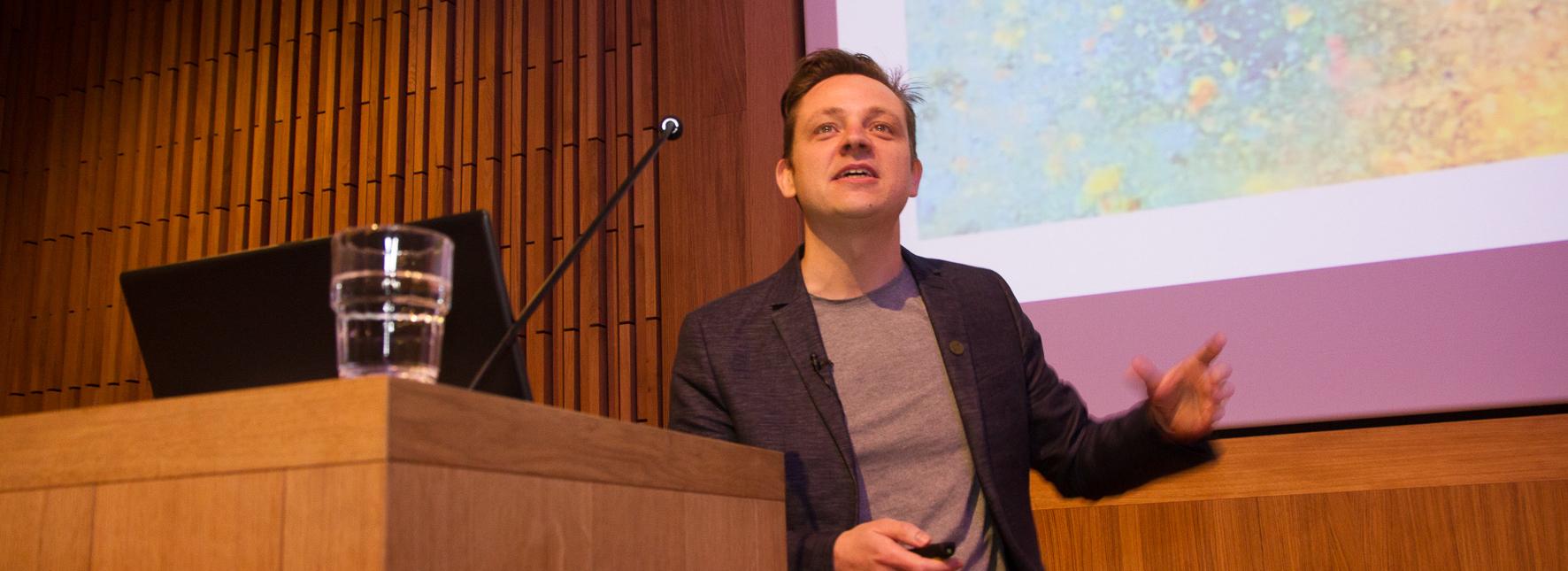 Bram Faems als spreker tijdens KlasCement 20 jaar. Foto: Bart De Freyne
